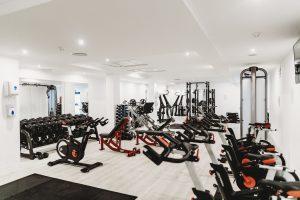 Salle de musculation avec de nombreuses machines