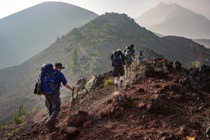 cinq personnes lors d'une randonnée en montagne